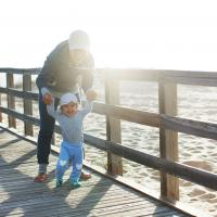 Au Pair mit Kind am Meer